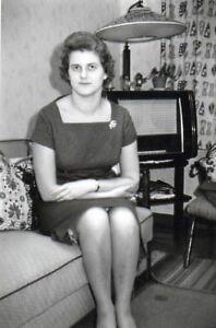 100% Vrai 250318# Photo-femme Devant La Radio, Années 70er Style 064#-afficher Le Titre D'origine Vente Chaude 50-70% De RéDuction