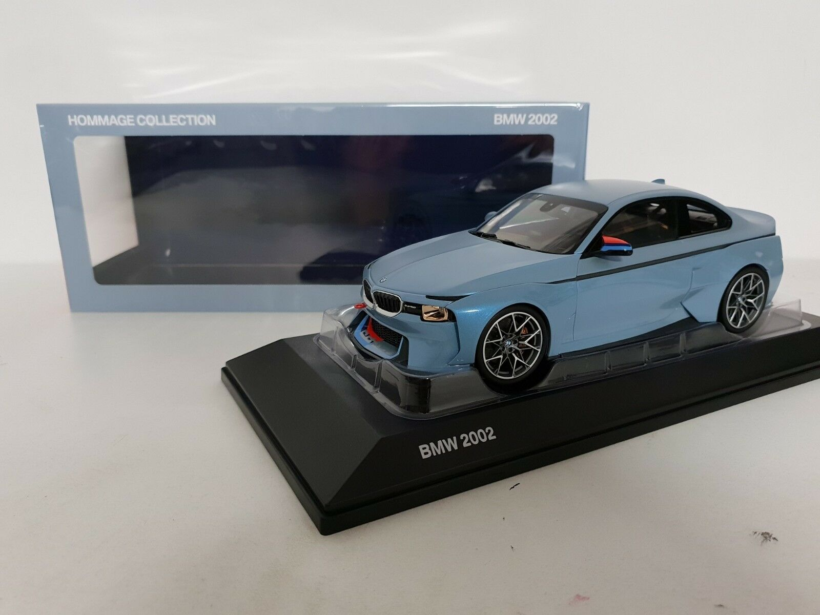 Bmw 2002 homenaje Collection Iceblu Wit m Stripes norev 1 18 traficantes Edition