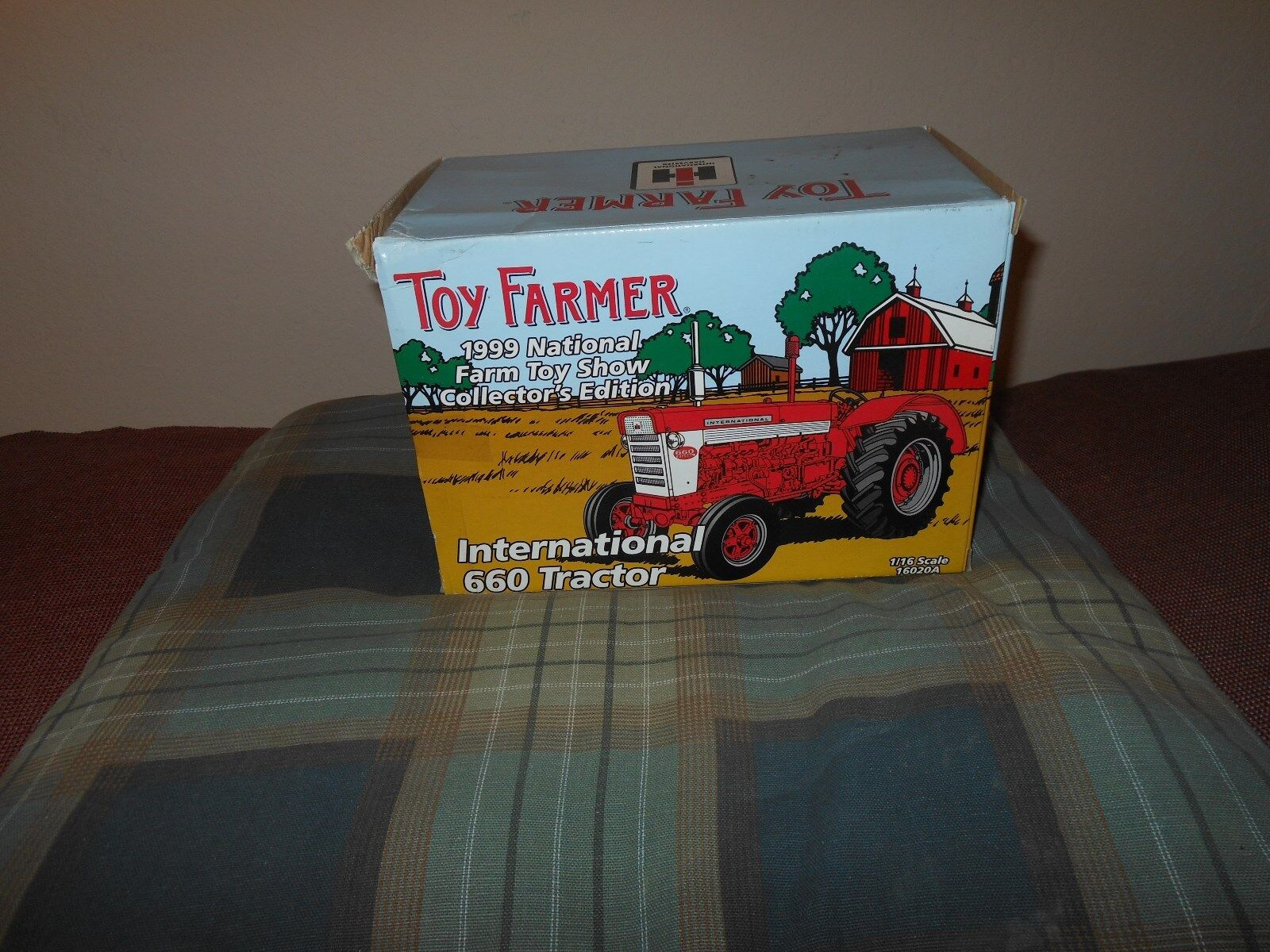 Farmall 660 Toy Farmer tractor  (1 16) International Harvestor