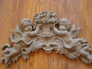 Stucco-suesse-Engel-Bekroenung-fuer-Fassade-Schmuckelement-120-439B-aus-Beton