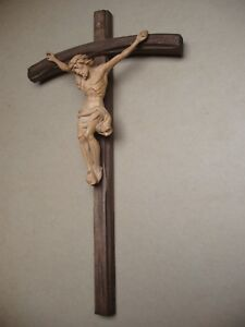 Petit-crucifix-en-bois-sculpte-debut-XXe-siecle