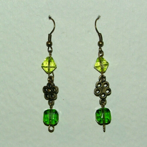 GREEN GLASS AND DARK GOLD PLATED FLOWER EARRINGS SFE