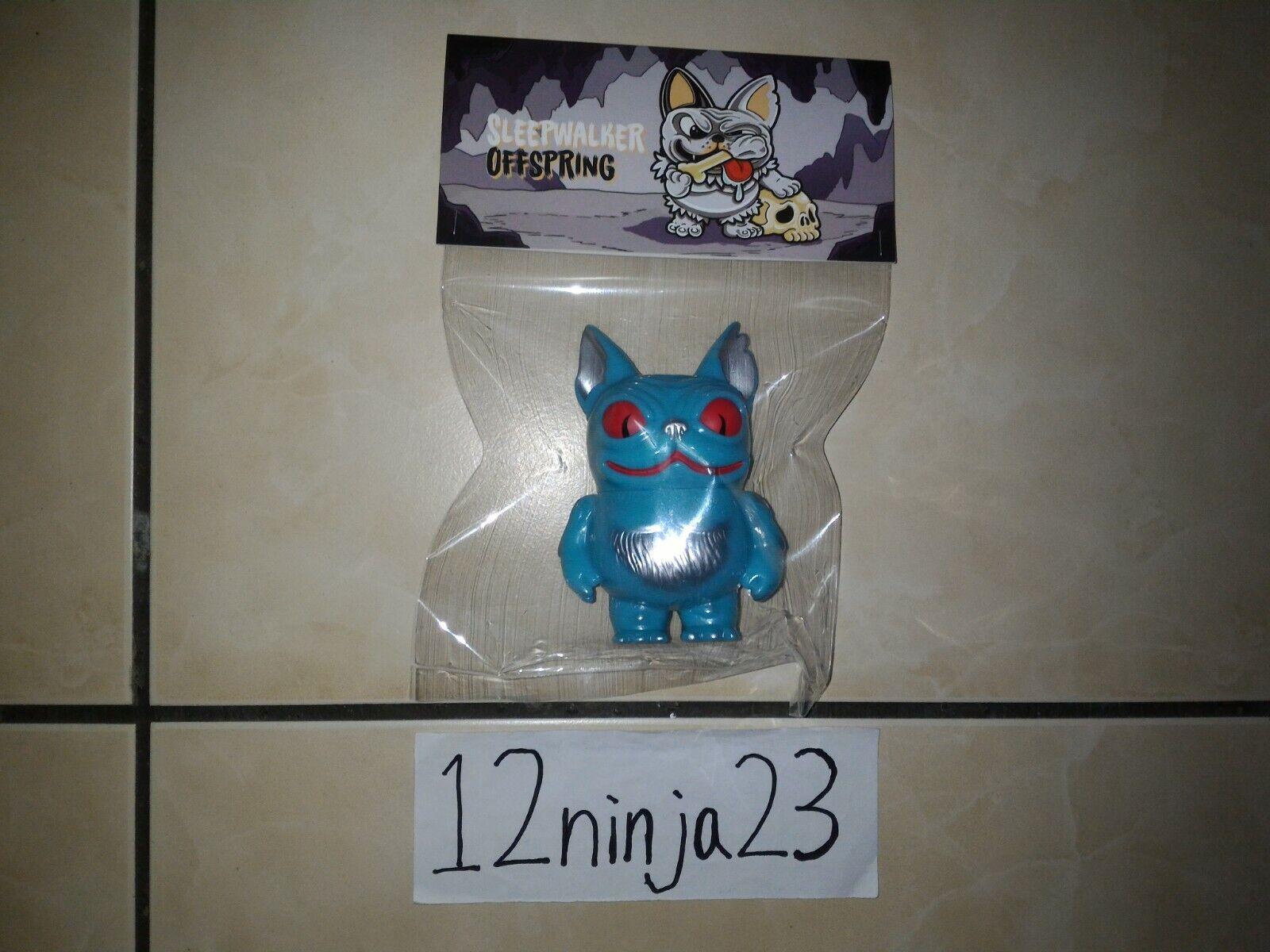 Kurobokan sonámbulo descendiente de la maligna versión de sofubi, juguete de soffi blando de etileno.