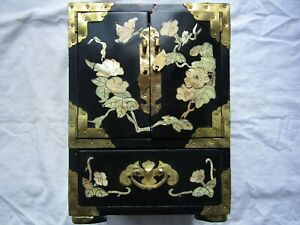 CHINESE-INLAID-LACQUERED-JEWELLERY-BOX-CABINET-4-DRAWER-IN-TOTAL-Brass-corners