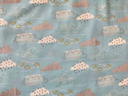 Cuarto Gordo Tela FQ azul cielo nubes 100/% Algodón Acolchado