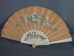 Ancien éventail soie peinte armature os ciselé, Signé & daté 1885. Bel état.