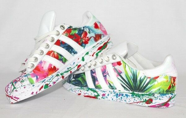 scarpe adidas e superstar con tessuto fiorato e adidas spruzzatura colorata 7e75d3