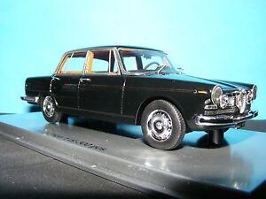 Alfa Romeo 2600 4 portes Berlina 1962 en noir avec cuir brun clair à l'échelle 1:43 Kess 430001714