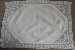 Vintage-rectangular-white-linen-cloth-with-crochet-edges-and-corner-inserts