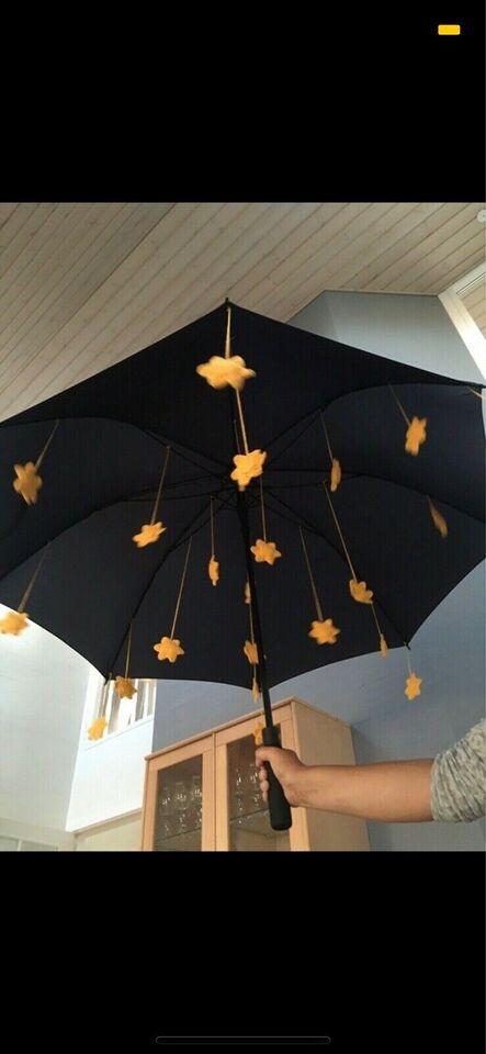 Stor paraply med hæklede stjerner