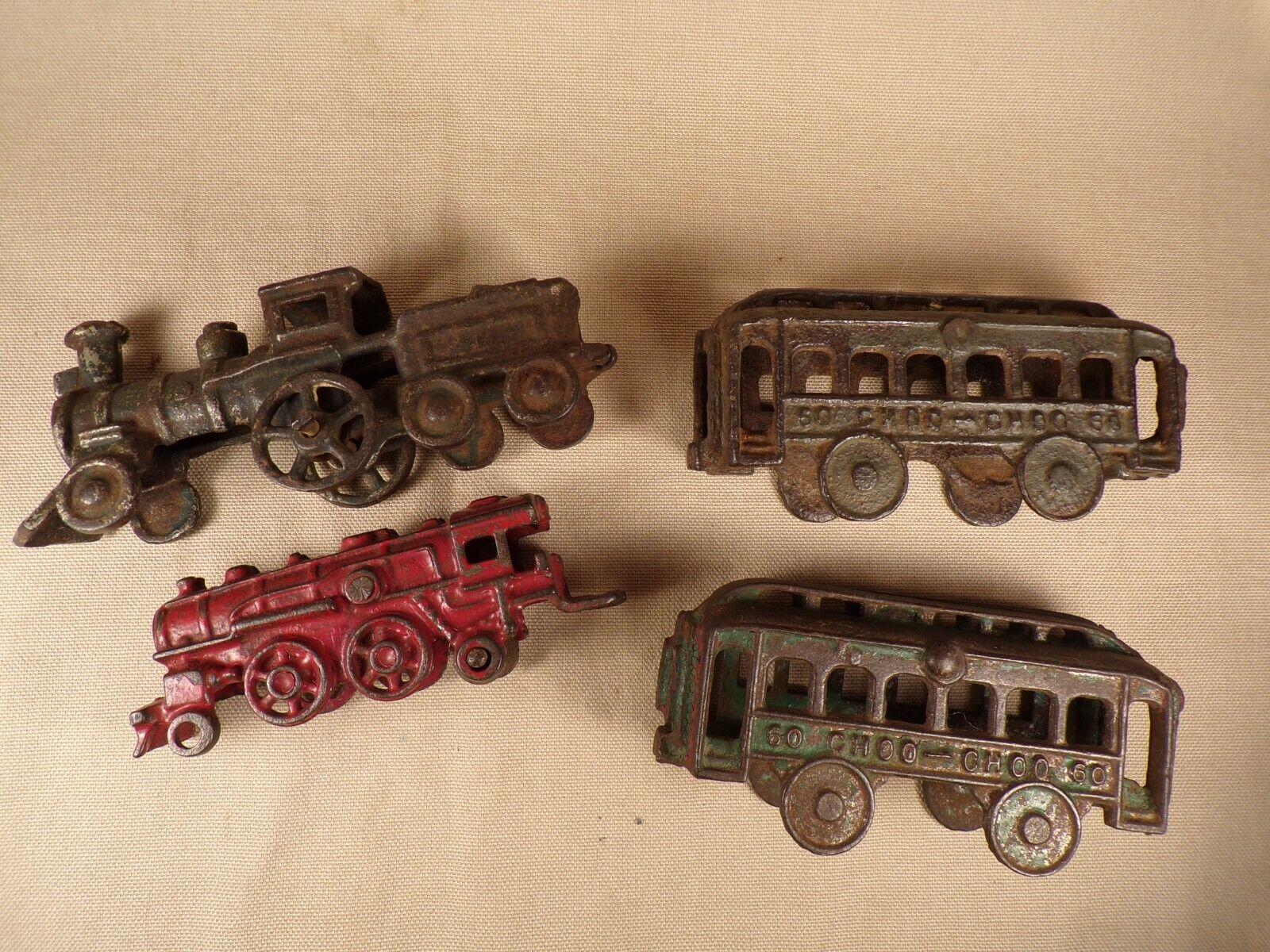 2 Antique Cast Iron Train Locomotive Engine e Passenger autos