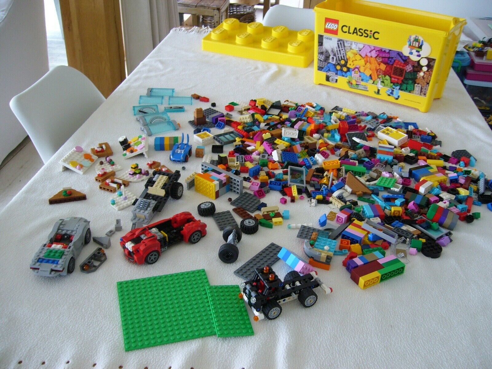 LEGO CLASSIC 10688 BOX WITH QUANTITY OF MIXED LEGO, 2.1 K WITH BOX. ddddd