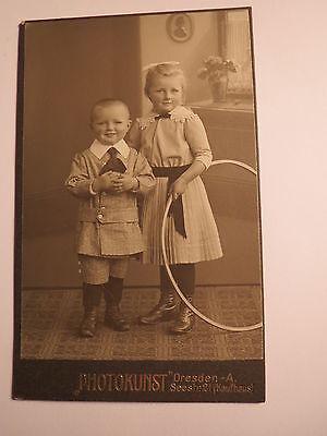 Dresden - 2 stehende kleine Kinder - Mädchen & Junge - Reifen - Kulisse / CDV