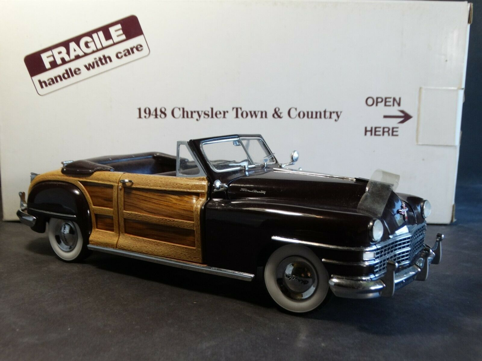 Danbury Mint 1953 Chrysler Town And Country ConGrünible 1 24 Scale Diecast Model