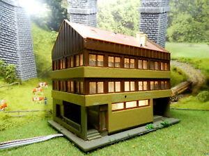 Haus-mit-Versicherungscenter-BELEUCHTET-Spur-N-C126