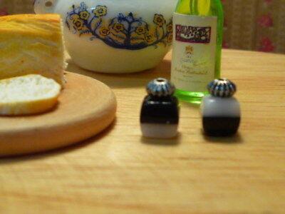 Brillante Dolls House Miniatura Salt & Pepper Pentole Nero E Bianco Condimenti Scala 1:12th-mostra Il Titolo Originale Moderno Ed Elegante Nella Moda