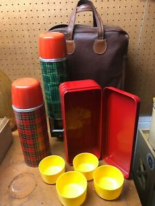 Vintage-Aladdin-Red-amp-Green-Thermos-Vacuum-Ware-4-Person-Picnic-Set-Leather-Bag
