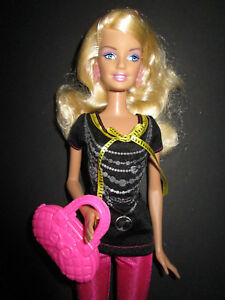 """B72) Ancienne Barbie Mattel 1998 En Deux Volets Original-vêtements + Boucles D'oreilles + Chaussures + Sac-ung+ohrringe+schuhe+tasche"""" Data-mtsrclang=""""fr-fr"""" Href=""""#"""" Onclick=""""return False;"""">afficher Le Titre D'origine 9wny7hqj-07155535-49851657"""