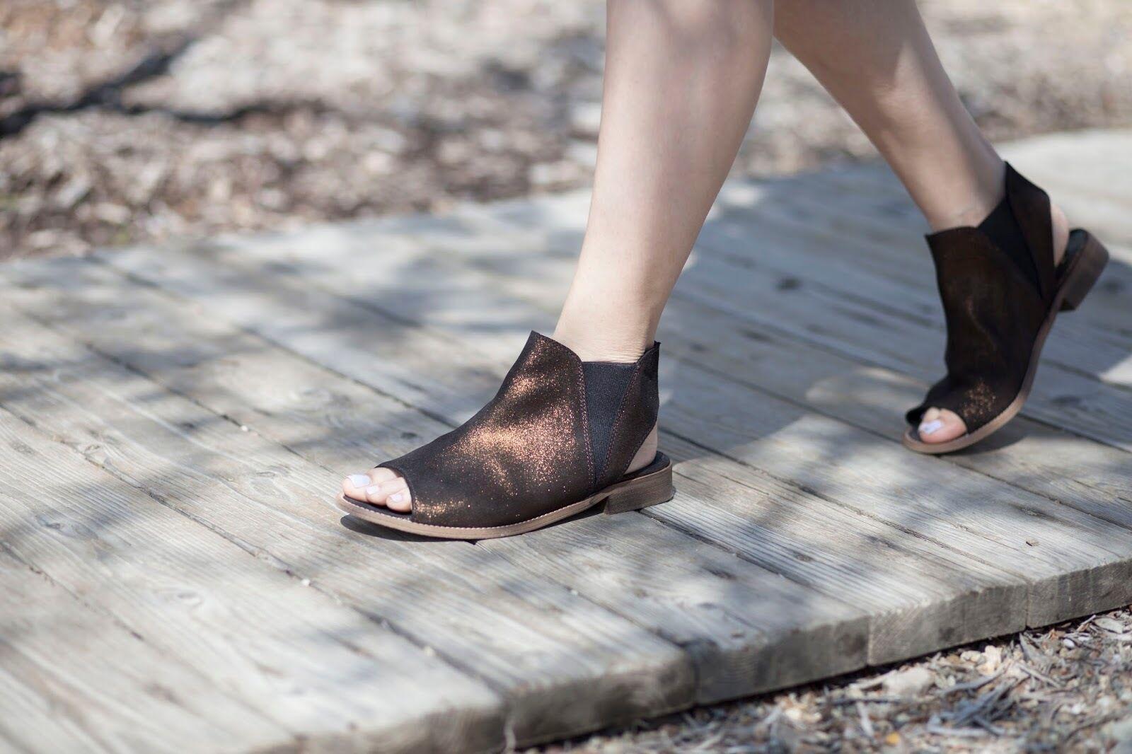 NEW Musse Size & Cloud Ciara Sandal, Bronze/Black Metallic Leather, Size Musse 6 (37), $90 cdb44d