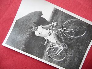 PHOTOGRAPHIE-ANCIENNE-jeune-fille-a-velo-photo-1940-1950-bicyclette