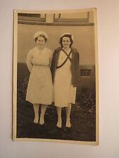 2 junge Frauen mit Haube - Dienstmädchen ? Krankenschwester ? / Foto England