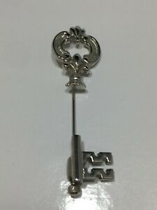 Vintage-Signed-Avon-Figural-Skeleton-Key-Stick-Pin-Silver-Tone-Pin-Brooch