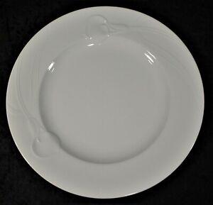 Mikasa-Classic-Flair-White-Embossed-Calla-Lilies-10-75-034-Dinner-Plate-EUC