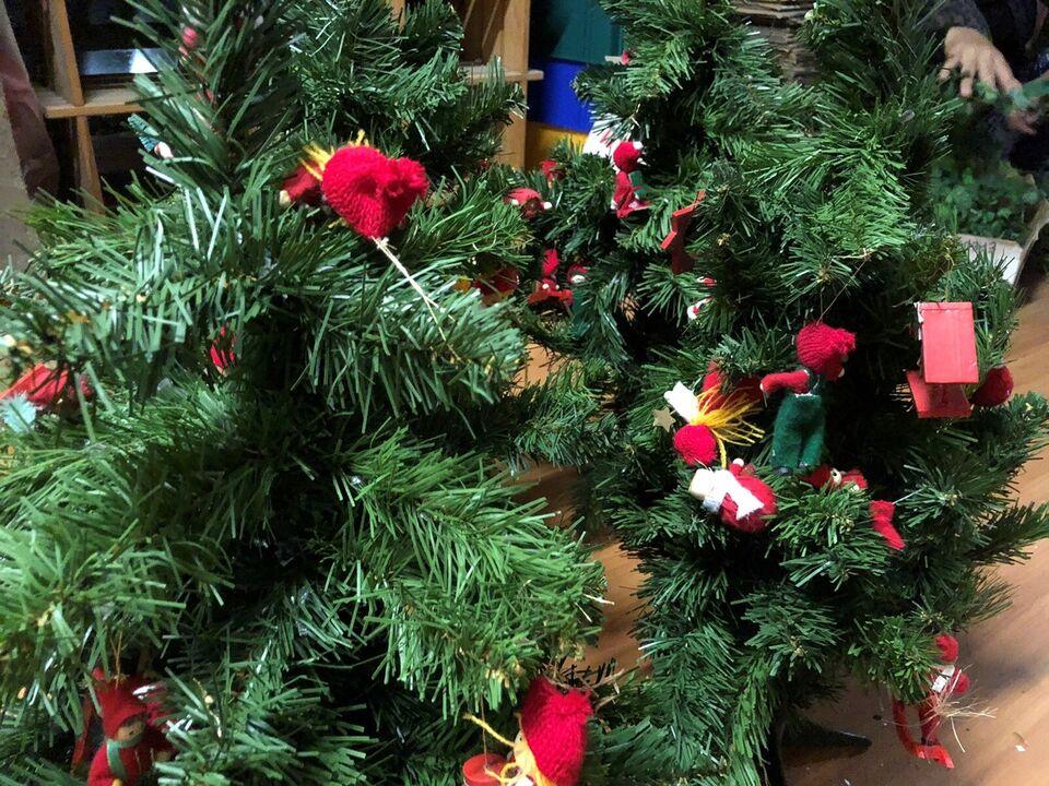 4 flotte juletræer med Retro julepynt