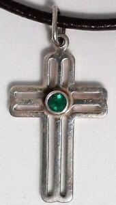 Cruz-de-plata-de-ley-925-con-esmeralda-natural