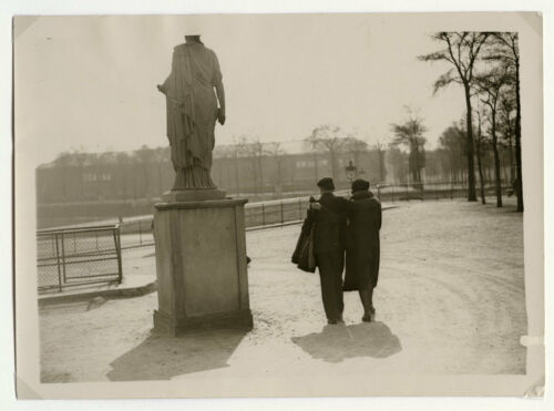 1930's PRESS PHOTOGRAPH COUPLE IN TUILERIES PARIS FRANCE