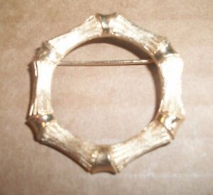Avon-Gold-Tone-Wreath-Shape-Pin