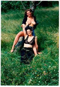 Junge Frauen Spielen Halb Nackt Auf Der Wiese Fotoshooting 1