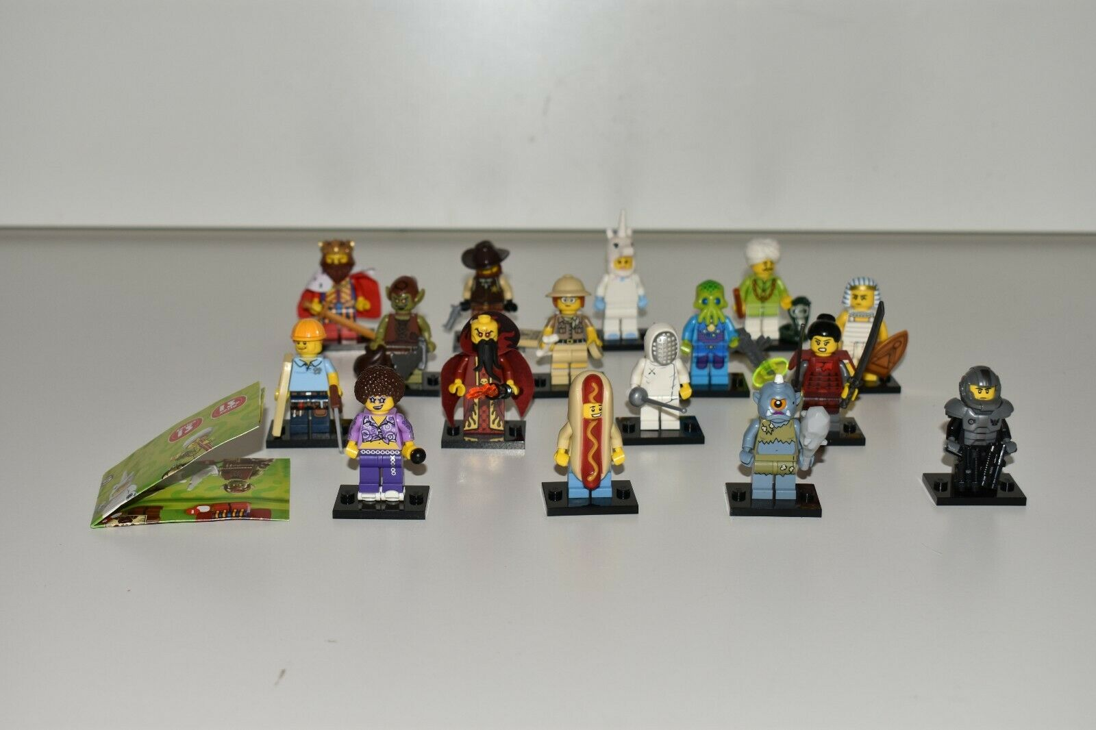 Lego Minifigure serie 13 -71008- Complete Set with 16 inserts and stands