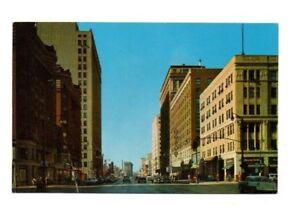 USA-Kentucky-Louisville-Broadway-Looking-West-Vintage-Postcard