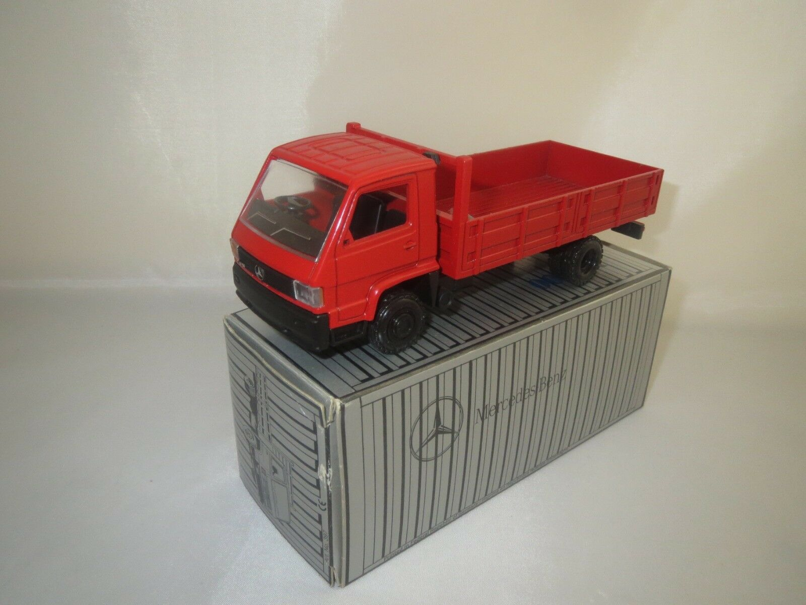 NZG Mercedes-Benz 700 (Rouge) 1 43 DANS neuf dans sa boîte