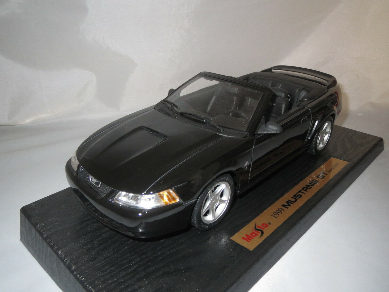 MAISTO  1999  Mustang GT Convertible (Noir) 1 18 OVP