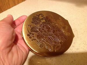 Ladies Vintage Compact Wadsworth Round Gold Tone Floral Design Very Nice