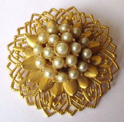 Superbe Broche Relief Ajouré Décor Perle Blanche Couleur Or Bijou Vintage 3539