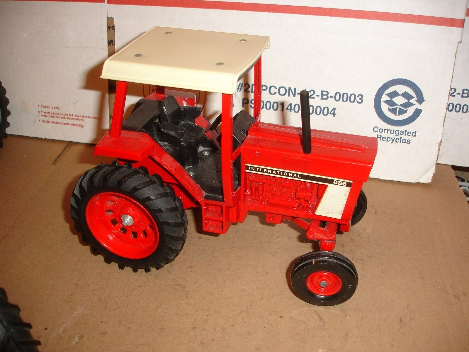 1 16  International 886 toy tractor