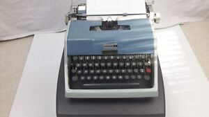VINTAGE manual portable Typewriter OLIVETTI UNDERWOOD 21 With Case made in spain