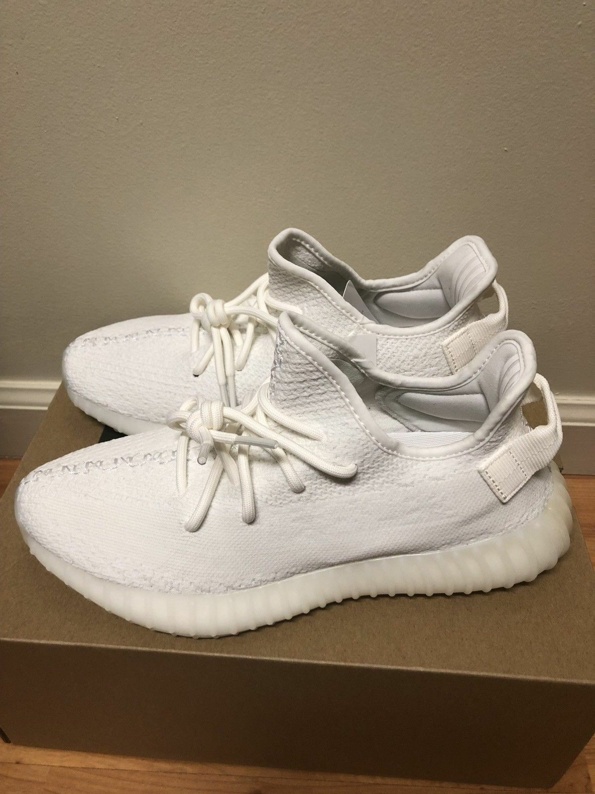 New Authentic genuine Adidas Yeezy Boost V2 Triple White CP9366 Size 9, 9.5, 10