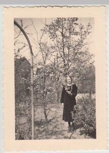 F29717-Orig-Foto-Buer-Maedchen-im-Garten-in-der-Springestrasse-35-1936
