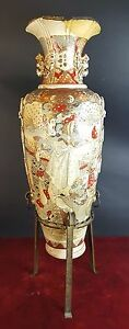 CHINESE PORCELAIN VASE WITH RELIEF. SATSUMA. ORIENTAL SCENES. 19TH CENTURY.