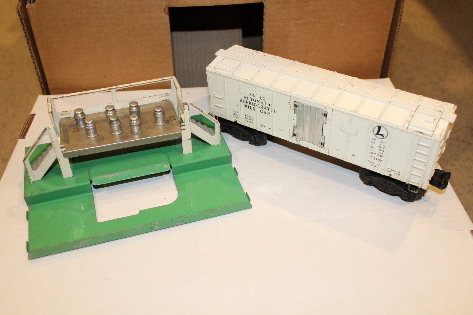 Lionel Postwar 3462 Glossy White Milk Car Early Platform & Brass Plate & 7 Cans