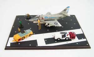 Hobby-Master-1-72-A-B-Skyhawk-VA-106-034-The-Gladiators-034-With-Diorama