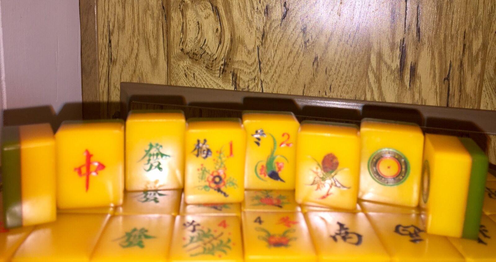 Un magnifique Vintage Ambre Résine Mahjong Set With vert plaquette dos  années 1940