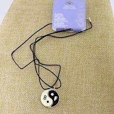 Una coppia di due parti in bianco e nero magnete yin yang segno collane