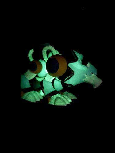 Les sujets loyaux Toys R Us Tru Exclusif Mega Man Glow Gitd Treble * chase *