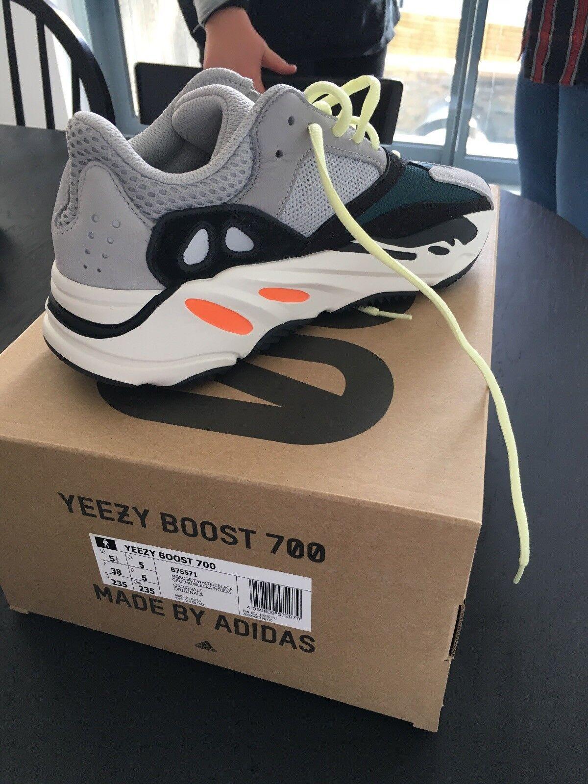 Adidas Yeezy Boost 700 Wave Runner UK5 dans la main prête à l'annonce