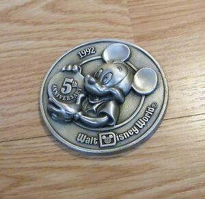 Walt Disney Monde 1992 Le Teddy Bear Convention & Vitrine De Poupées Médaillon